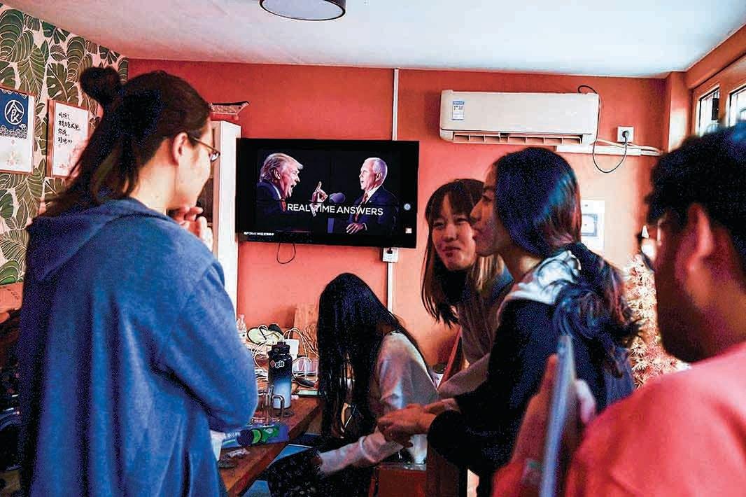 █11月4日,留美學生回國後,在北京公寓觀看關於美國大選的節目。(AFP)
