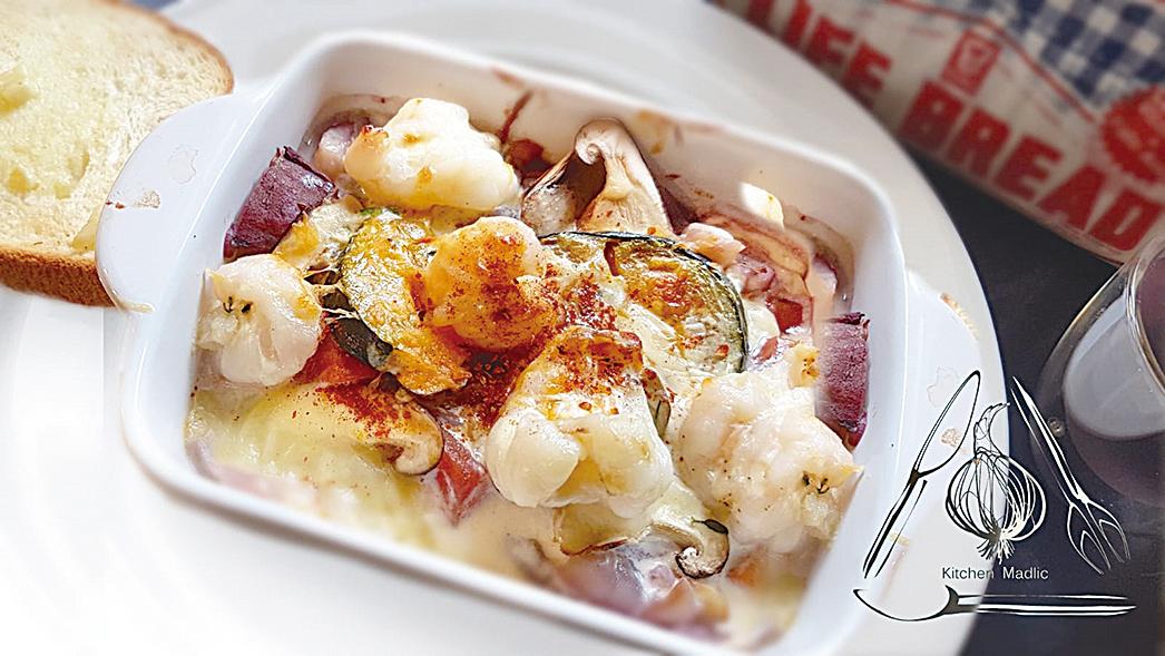 芝士醬焗海鮮配吐司。(Kitchen Madlic提供)