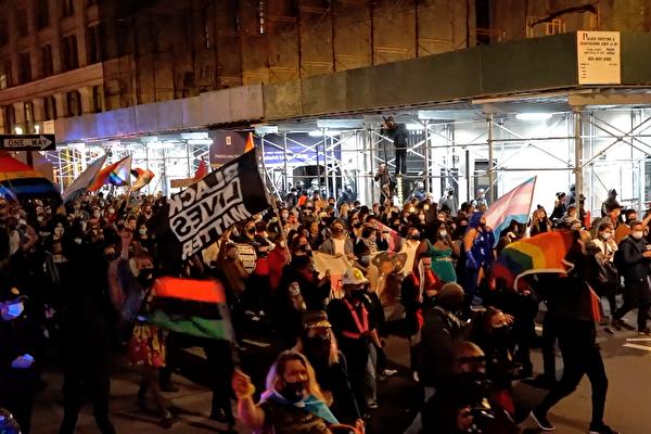 2020年11月5日晚,抗議民眾手舉「黑命貴」(Black Lives Matter)旗幟遊行。(宋昇樺/大紀元)