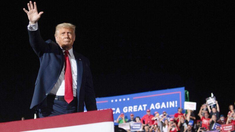 美國大選再次出現逆轉,特朗普反「拜」為勝,連贏北卡、阿拉斯加兩州。圖為2020年10月21日,特朗普總統在北卡羅來納州競選集會結束時揮手。(SAUL LOEB/AFP via Getty Images)。
