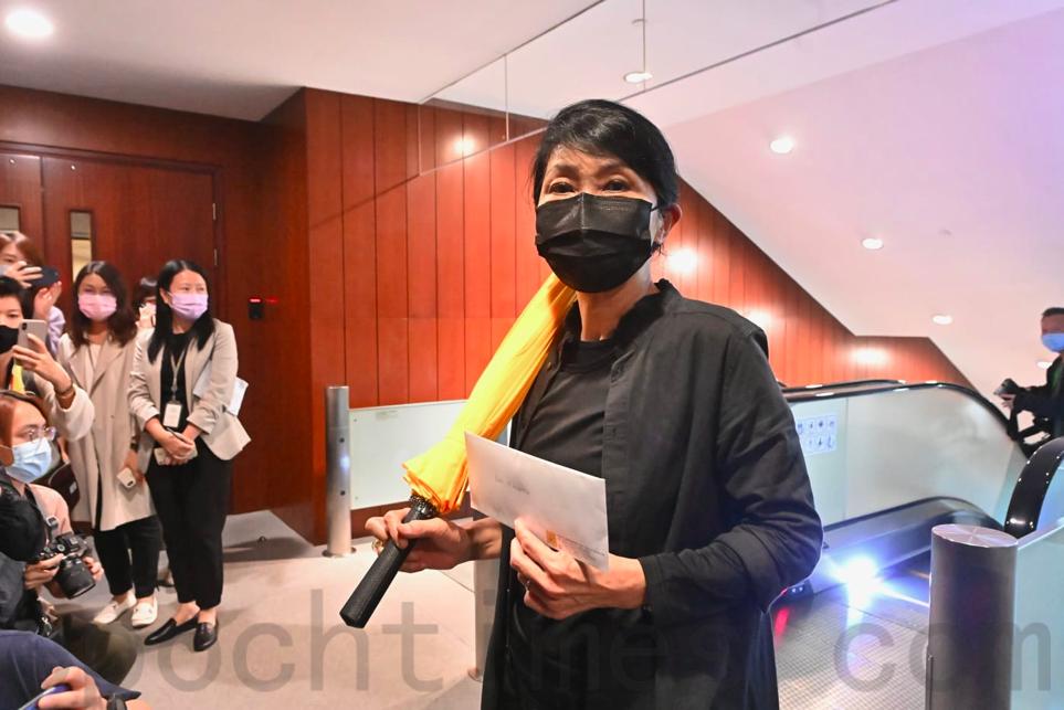 香港本土立法會議員毛孟靜身穿黑衣、手持黃傘遞交辭職信。(宋碧龍/大紀元)