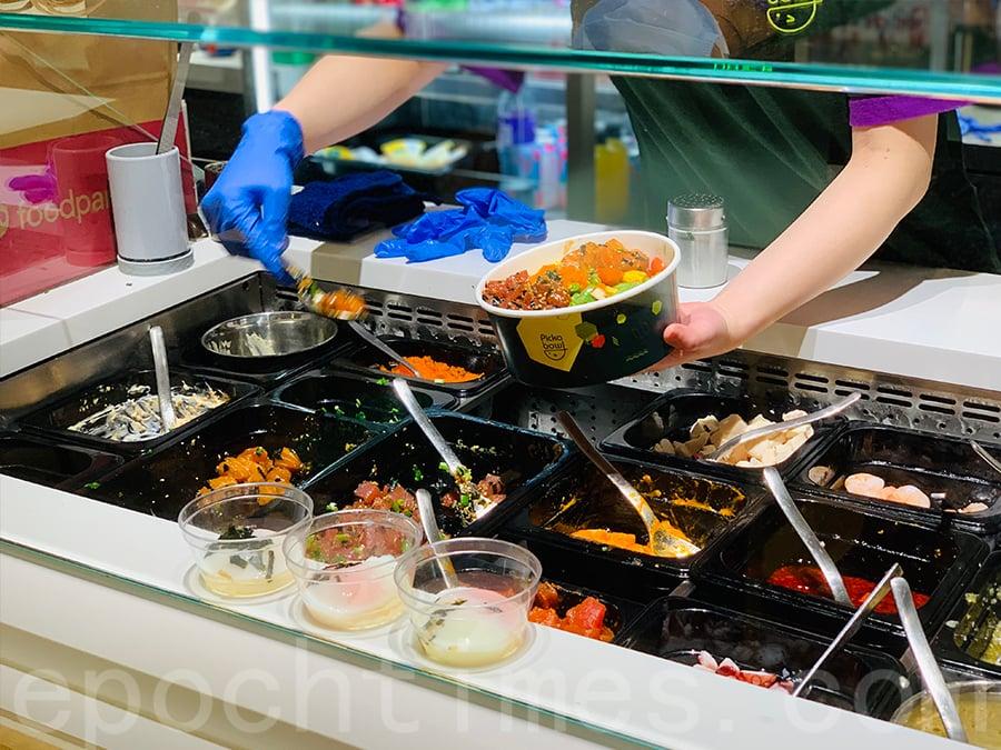 餐廳工作人員現場製作沙律。(Siu Shan提供)