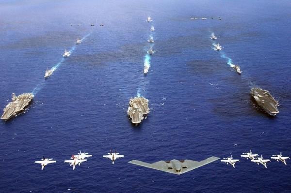 B-2隱形轟炸機在航空母艦艦隊上空飛行。 (維基百科)