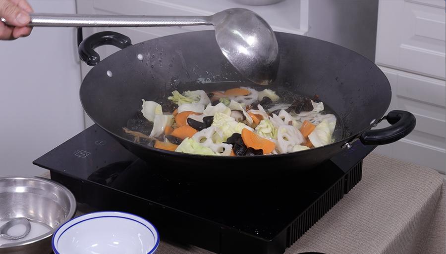將準備好的素菜氽水(飛水)。(陳仲明/大紀元)