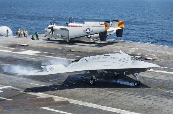 美國海軍在布殊號核動力航空母艦上測試無人駕駛飛機。(JIM WATSON/AFP)