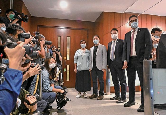 民主黨4名立法會議員黃碧雲(左起)、胡志偉、尹兆堅、林卓廷,在下午一起遞交辭職信。(宋碧龍/大紀元)