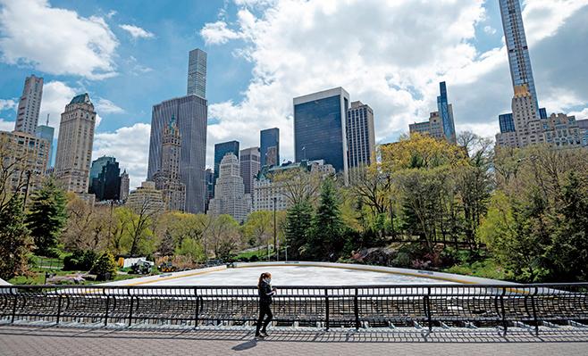 圖片為今年4月封鎖期間,幾乎空無一人的紐約中央公園。(JOHANNES EISELE/ Getty Images)