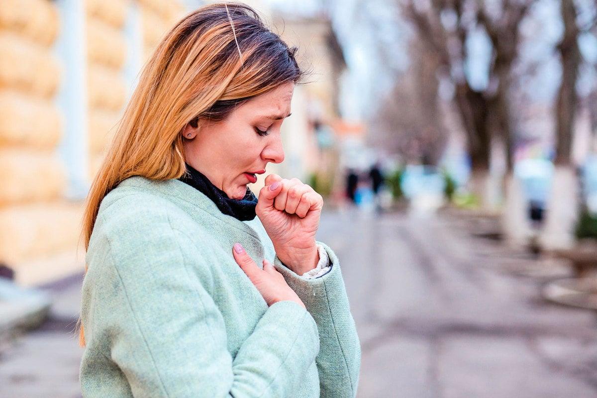 秋天喉嚨老是發癢、乾咳,可能是秋燥而非感冒。(shutterstock)