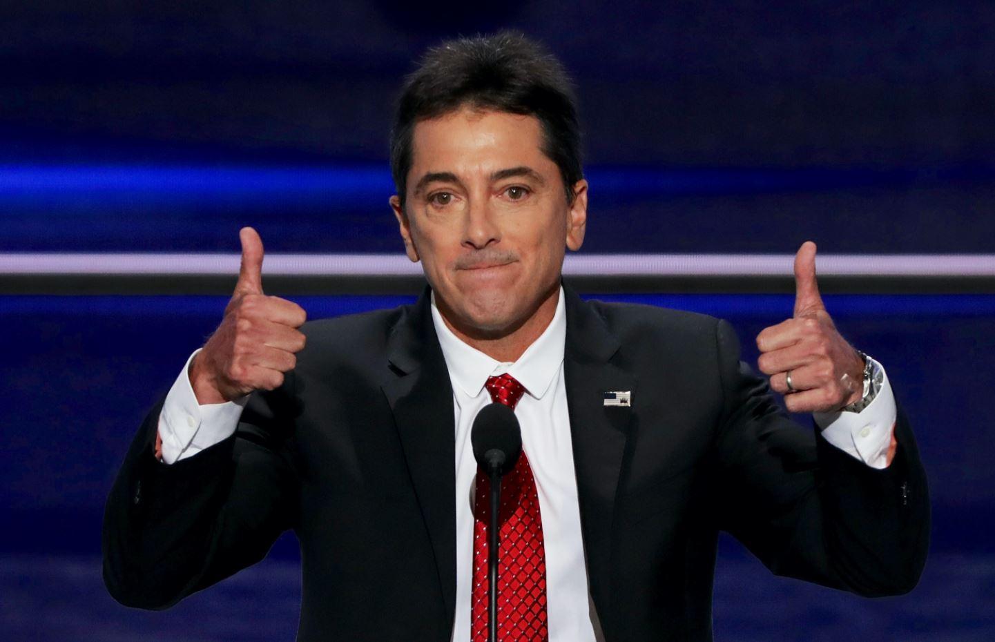 圖為2016年7月18日,美國演員和電視導演史考特·白歐(Scott Baio)在共和黨全國大會第一天的演講中豎起兩個大拇指。(Alex Wong/Getty Images)