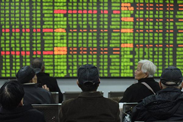 圖為今年2月3日大陸投資者在杭州證券公司觀看股票市場走勢。(AFP/Getty Images)