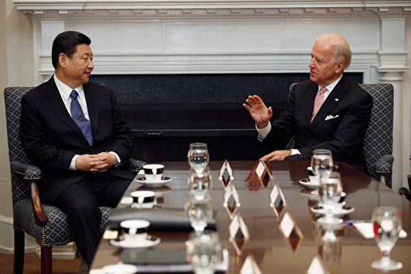 2012年2月14日,美國華盛頓特區,美國副總統喬拜登(Joe Biden右)、中共國家副主席習近平與其他美中官員在白宮羅斯福廳舉行擴大雙邊會議。(Chip Somodevilla/Getty Images)
