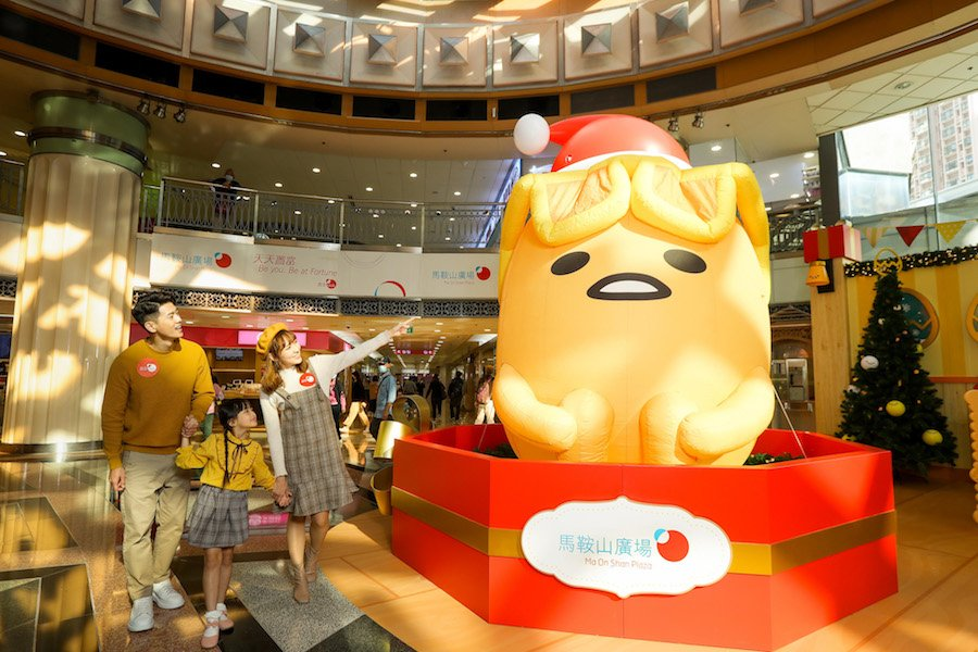 3.5米高充氣梳乎蛋悠閒地坐在禮盒上陪你過聖誕。(公關提供)
