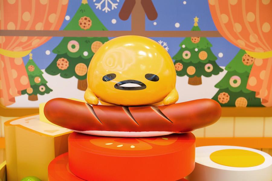 梳乎蛋化身大廚,為大家準備了豐富的All day breakfast,軟攤在香腸上的梳乎蛋繼續在發白日夢。(公關提供)