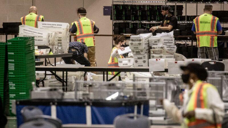 隨著大量非法選票的發現,特朗普總統有希望在賓、密兩州翻盤轉勝。圖爲11月6日,賓夕法尼亞州計票中心工作人員在清點選票。(Chris McGrath/Getty Images)