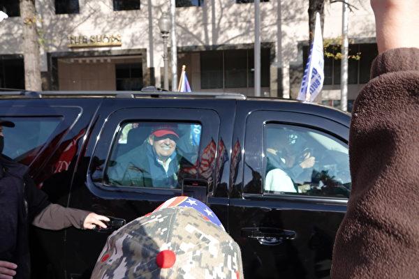 美國時間11月14日上午,特朗普總統坐車經過遊行民眾,支持者歡呼。(亦平/大紀元)