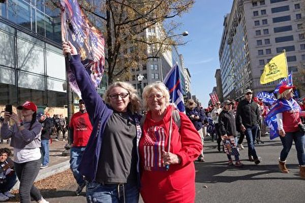 來自佛羅里達州的茜茜(Cici,左)是美國空軍退役軍人。(亦平/大紀元)