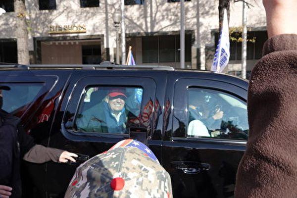 上午十點多,特朗普總統乘車來到自由廣場。(亦平/大紀元)