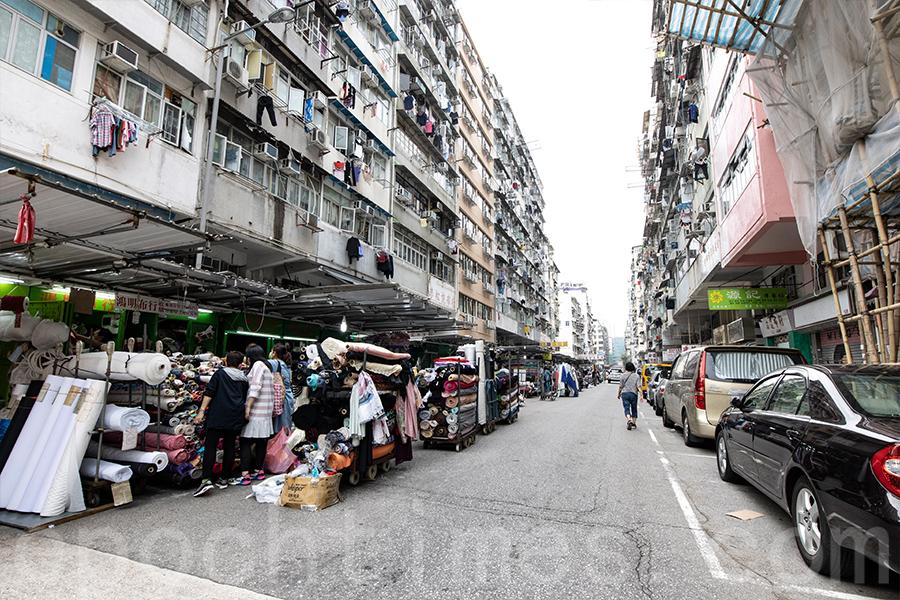 深水埗仍保留著舊區特色,如唐樓、布棚等。(陳仲明/大紀元)