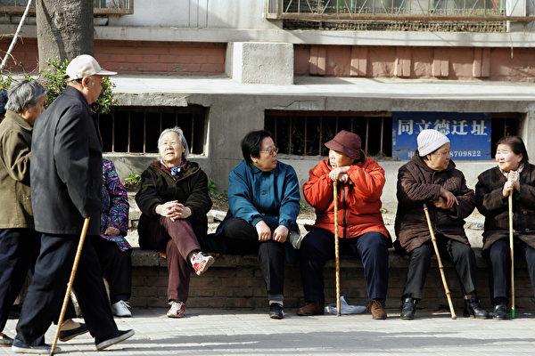 前中共工信部長苗圩日前坦承,中國已經走出了「人口紅利期」,2022年將進入「深度老齡化社會」。圖為北京老人。(AFP/Getty Images)