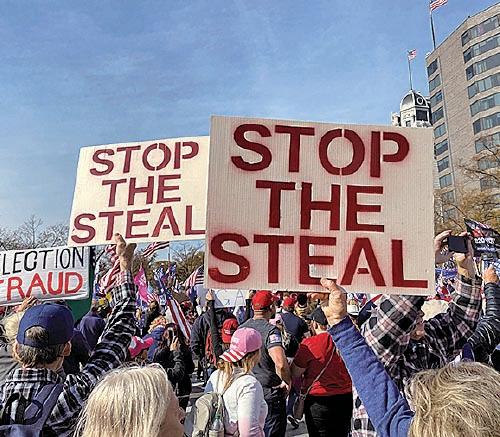 11月14日,在美國華盛頓DC舉行挺特朗普大遊行,民眾拿著「停止偷竊選舉」標語。(施萍/大紀元)
