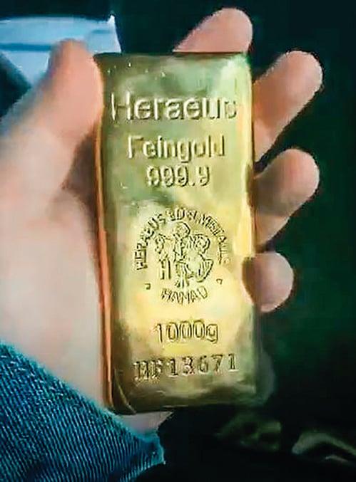 伊啟威倒賣黃金時,做了錄像。他在影片中手持一塊序列編號為HF13671的黃金金條,編碼正落在保單黃金序列號範圍內(HF09108-15920)。(伊啟威提供)