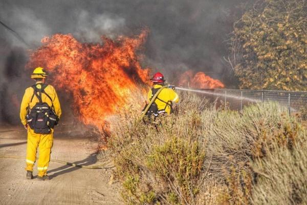 美國南加州洛杉磯以東的峽谷地區16日發生大火,火勢迅速蔓延,至今已焚燒了1.8萬畝土地,超過8.2萬民眾被迫緊急疏散。(消防局臉書)