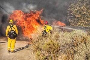美國加州再起大火 緊急疏散8.2萬人