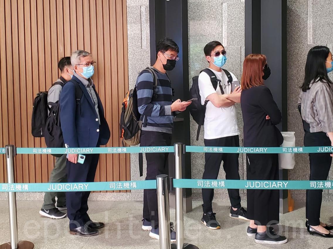 香港科技大學男生周梓樂死因庭11月16 日展開研訊,周梓樂的父母和家人都有到庭。(宋碧龍/大紀元)