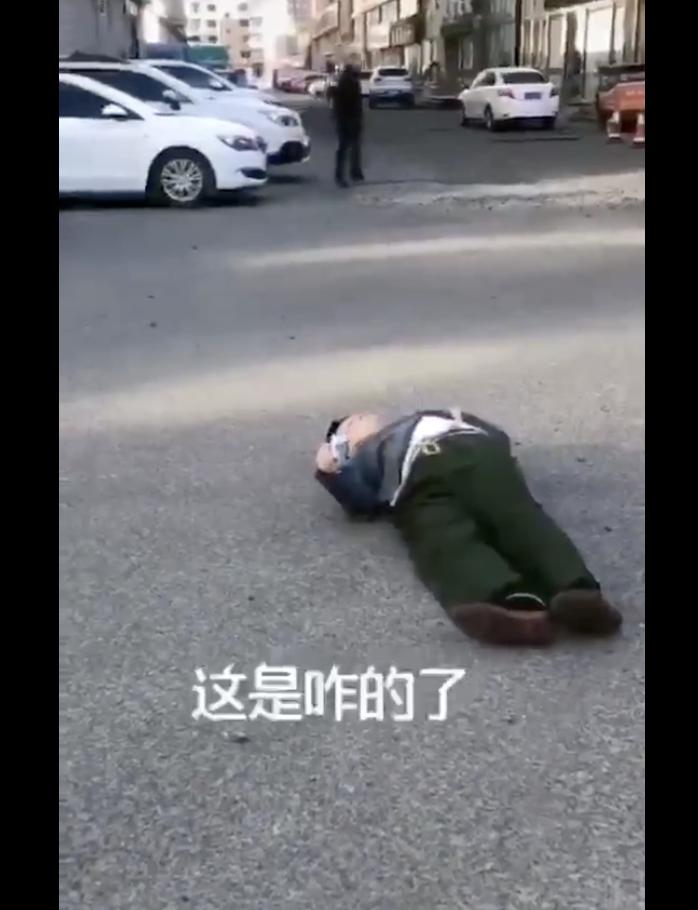 吉林省遼源市某小區的街道上,一名中年男子疑「中共病毒」突然倒地(網絡圖片)