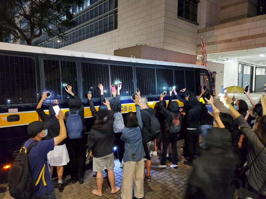 【組圖】首名被控國安法青年提堂 數十人聲援