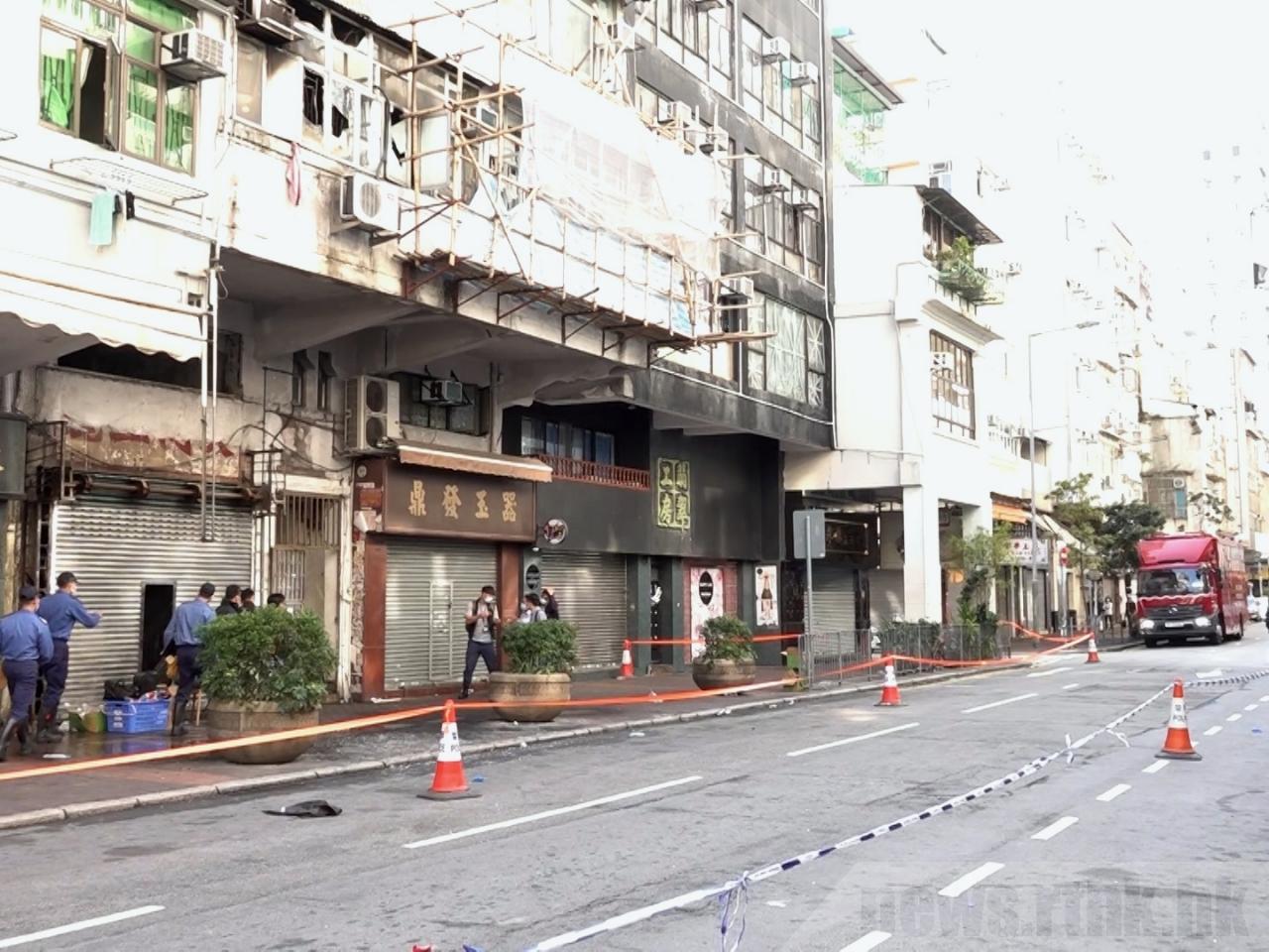 油麻地唐樓火警現場16日早仍未解封。(RTHK)
