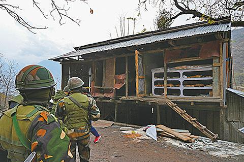 印巴在克什米爾邊境地區爆發衝突,至少16人死亡。圖為11月14日,印軍對交火地區商店進行檢查。(TAUSEEF MUSTAFA/ Getty Images)