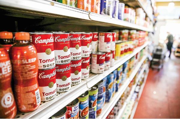 加州一家超市貨架上陳列的金寶湯(Campbell Soup)罐頭食品。(Getty Images)