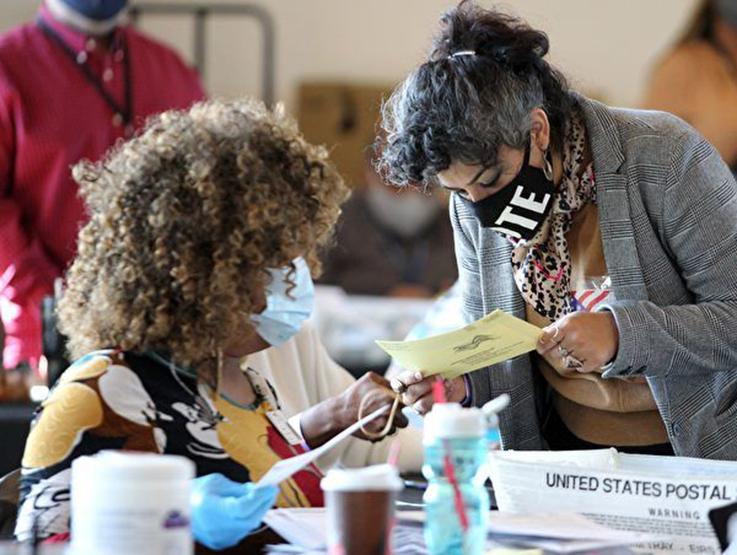 拉斯維加斯共和黨觀察員作證及影片顯示,某計票點,選務人員疑似自己在填寫多張空白選票,並在選票上面蓋章。