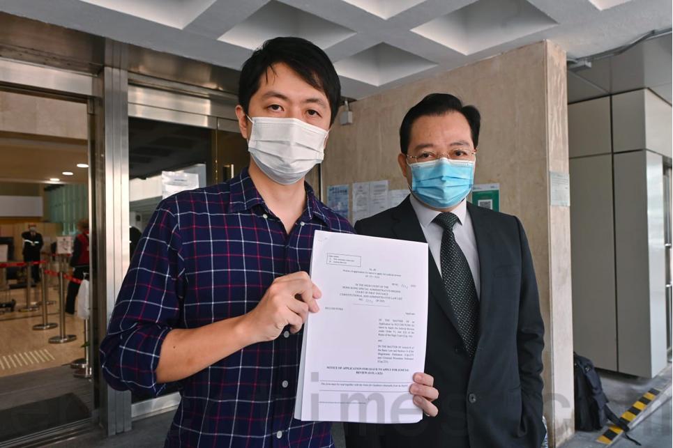 民主黨許智峯(左)與黨友楊浩然(右)在高等法院申請司法覆核。(宋碧龍/大紀元)
