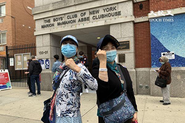 華裔選民尼娜(左)和朋友投票後展示「我已提前投票」(I Voted Early)的手環。尼娜表示,自己是民主黨,但「黑命貴」運動讓她對民主黨失望,她投給了特朗普。(林丹/大紀元)