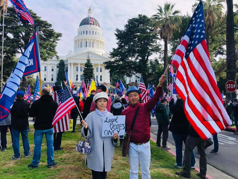 11月14日,在美國50個州同時舉行民眾集會挺川普活動,Mike ‧ Yu與太太一起參加當天在加州首府Sacramento挺特朗普集會。(Mike ‧ Yu提供)