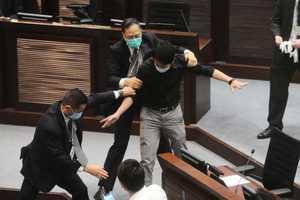 港三名前立法會議員遭捕 涉潑臭水阻國歌法三讀