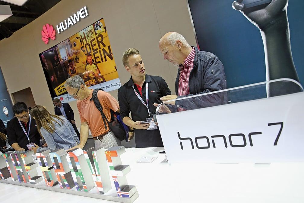 圖為2015年9月4日,榮耀手機參加德國柏林的一個交易會。(Sean Gallup/Getty Images)