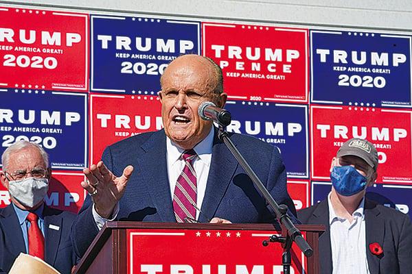特朗普團隊的律師朱利亞尼(Rudy Giuliani)11月7日在賓夕凡尼亞州就選舉舞弊舉行首個新聞發佈會。(BRYAN R. SMITH/AFP via Getty Images)