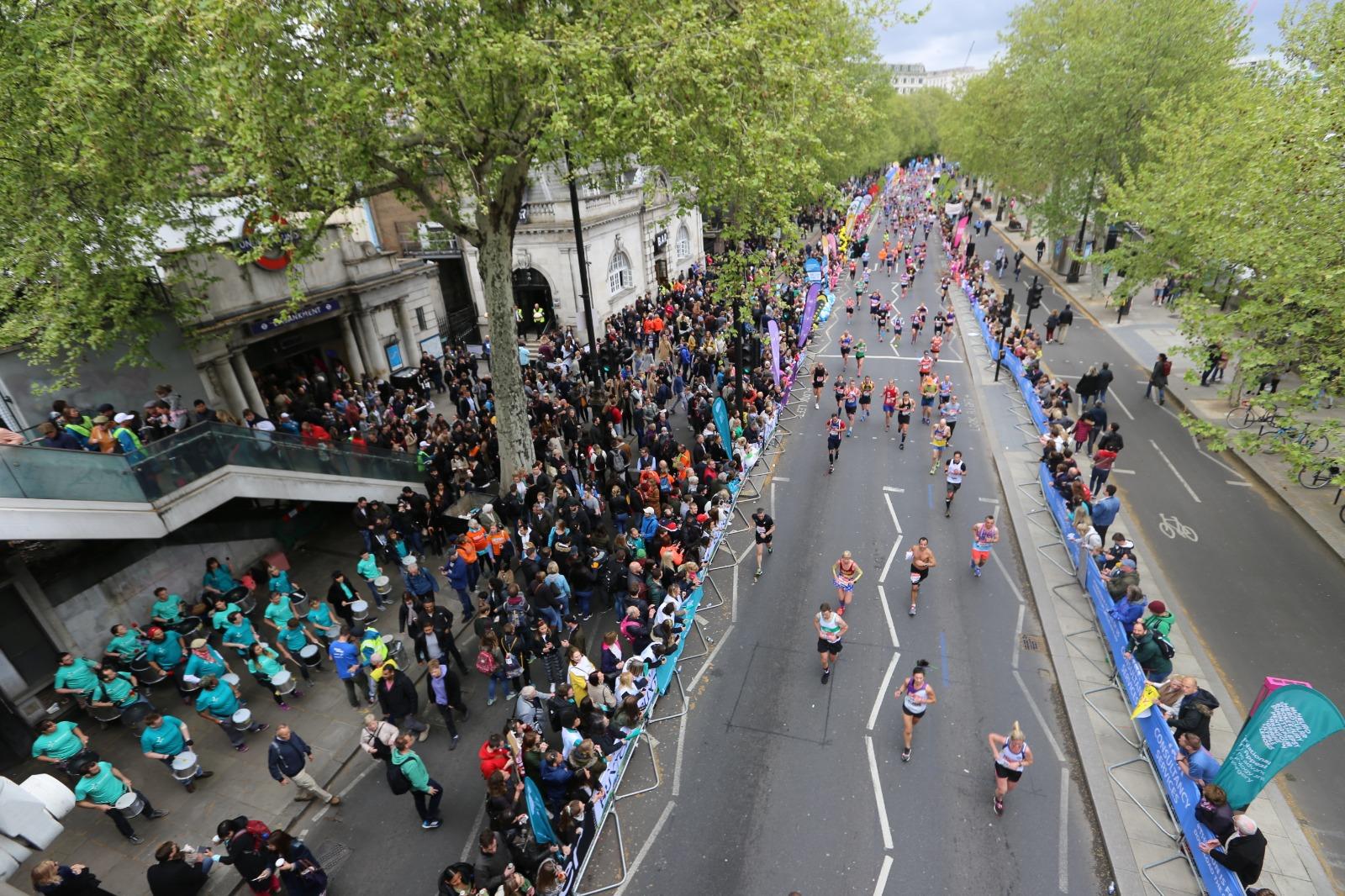 倫敦往年馬拉松。圖左下方有腰鼓隊助威。(黃家熙/大紀元)