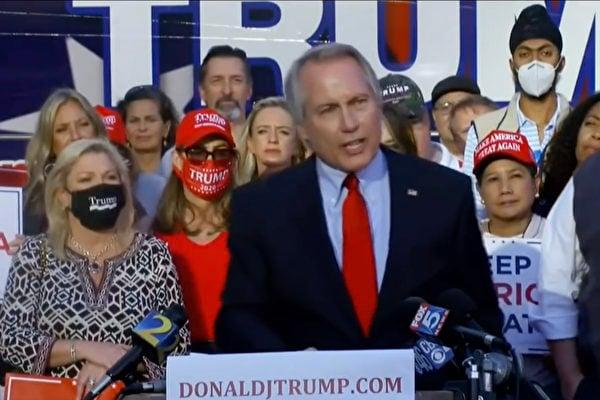 特朗普團隊著名律師林伍德(Lin Wood)表示,民主黨大規模選舉舞弊被抓包,特朗普實際贏了四百選舉人票;並披露自己最近收到大量死亡威脅。圖為林伍德大律師在佐治亞州的集會上。(影片截圖)