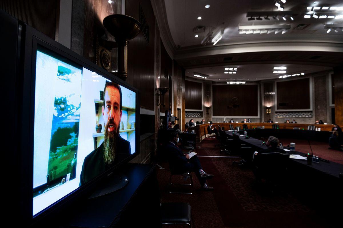 11月17日,美參議院司法委員會舉行社交媒體平台內容審查聽證會。參議員克魯茲質問推特行政總裁多西:你是選民舞弊的專家嗎?圖為當日會場多西以視訊參加聽證。(BILL CLARK/POOL/AFP via Getty Images)