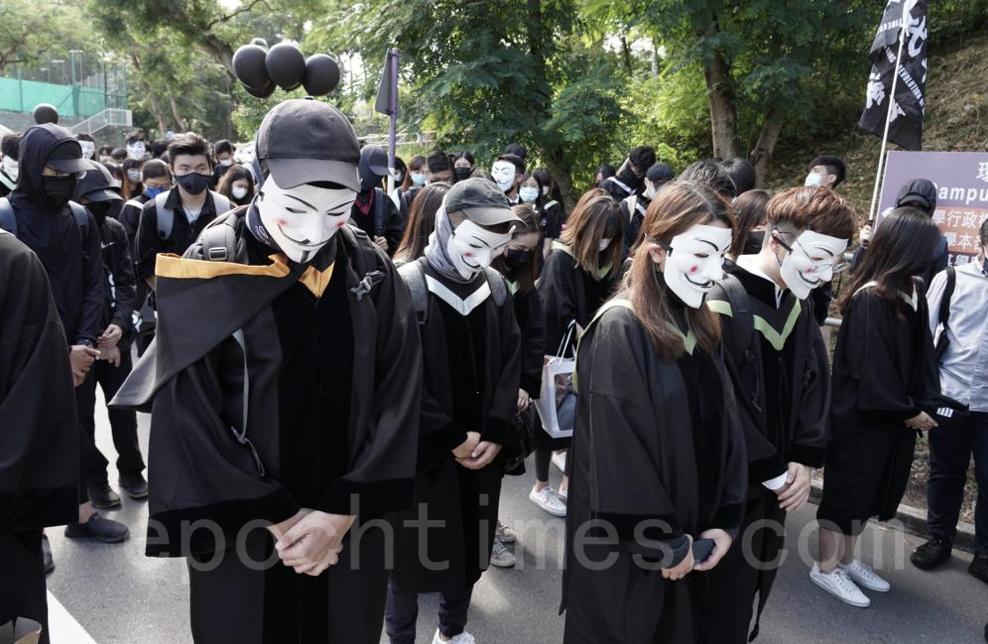 學生為在「反送中」運動中傷亡,以及12位被扣押在中國大陸的港人默哀。(余鋼/大紀元)
