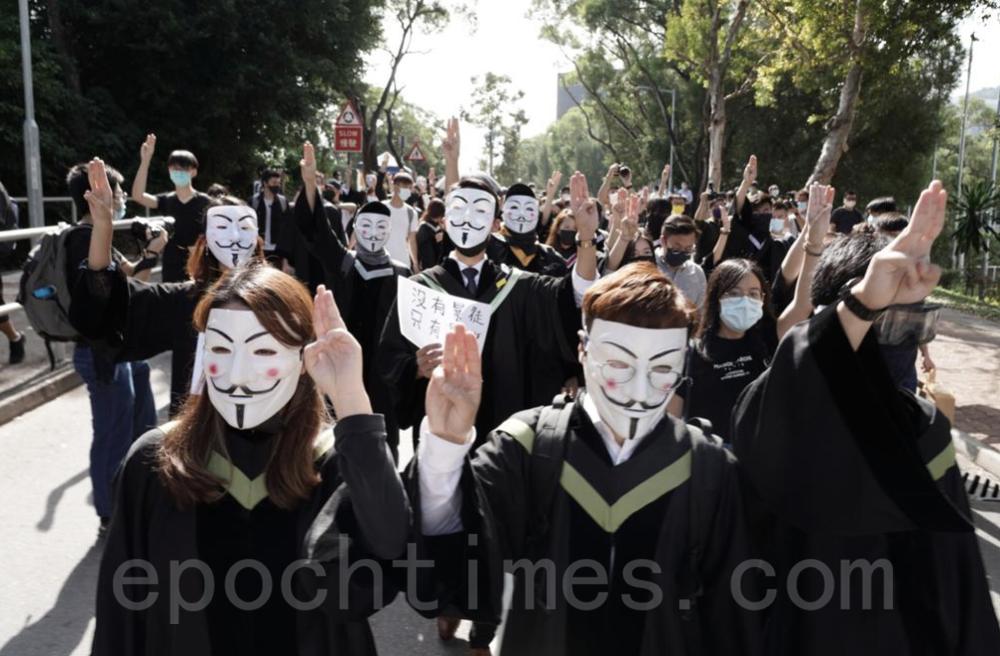 學生發起「暴大2020我們的畢業禮」校內遊行。(余鋼/大紀元)