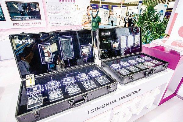 紫光集團近日發生違約,香港交易所公佈,暫停其債券交易。圖為8月26日中國國際半導體技術大會上,紫光集團的攤位。(Getty Images)