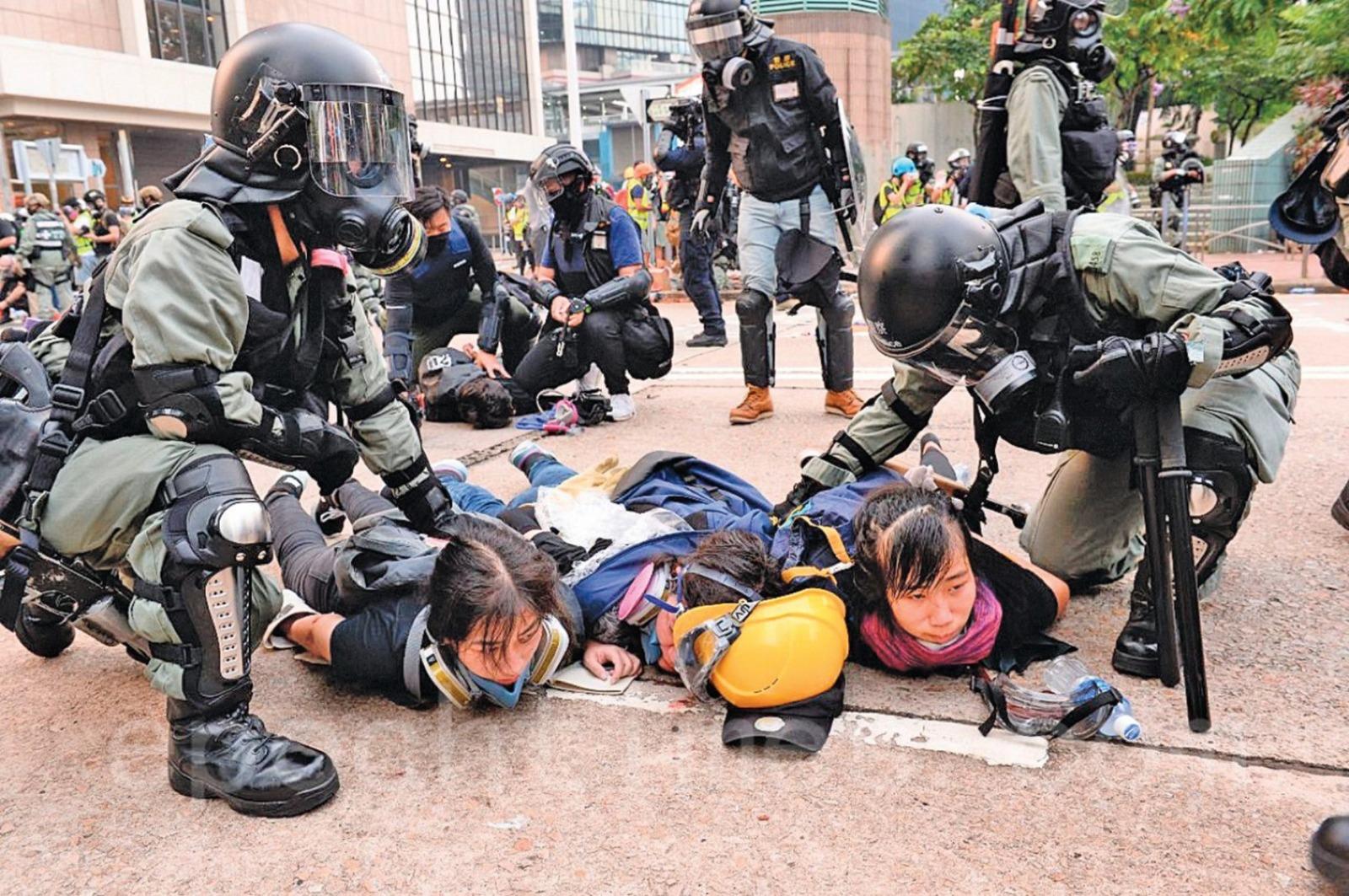 11月19日,高等法院裁定,防暴速龍不出示警員編號違反《人權法》。(大紀元資料圖片)