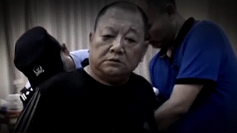 北京村官石鳳剛涉黑涉惡被抓,其車庫停放20多輛豪車,家中收繳現金700餘萬元,金條30餘公斤。(網絡影片截圖)