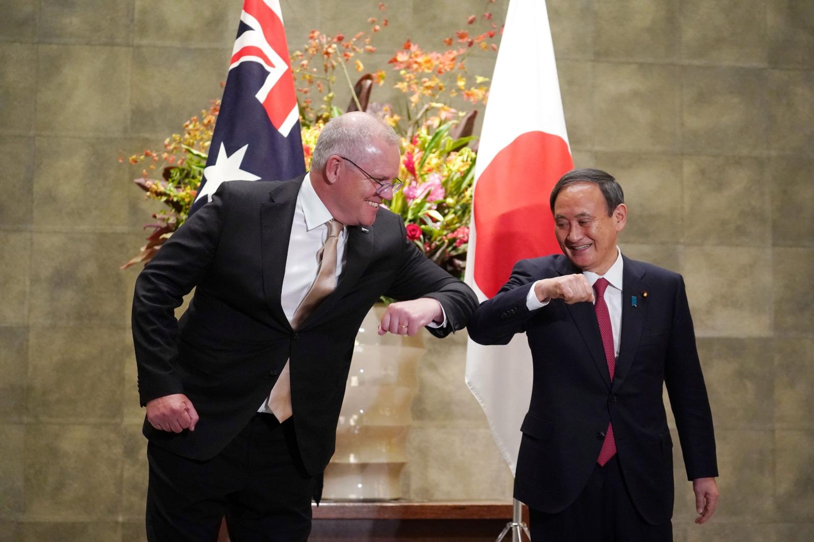 澳洲總理莫里森和日本首相菅義偉於本周二在東京會面,雙方討論旅遊、經濟與軍事合作。(Photo by EUGENE HOSHIKO/POOL/AFP via Getty Images)