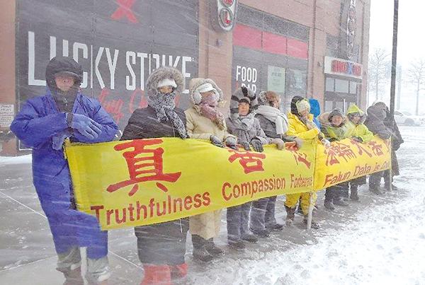 炸彈氣旋風暴襲紐約,法輪功學員頂風冒雪堅持在中領館前講真相以營救在中國受迫害的學員。 (法輪功學員提供)